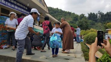 Từ thiện Lễ húy kỵ cố HT Như Thọ - Phần 2: Phát 300 phần quà cho bà con dân tộc, 200 phần quà cho các em học sinh