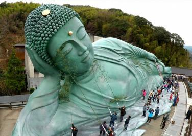 Phật tử Nhật làm sạch tượng Đại Phật đón năm mới