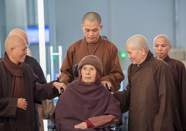 Thiền sư Thích Nhất Hạnh trở lại Huế tịnh dưỡng