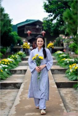 Phật tử có được phép mặc áo tràng tay thụng?