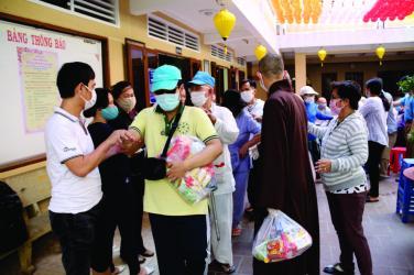 Chùa Bửu Đà: 200 phần quà cho người mù Lễ Phật Đản (2020)