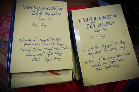 Trên tay những quyển Kinh Địa Tạng chép tay