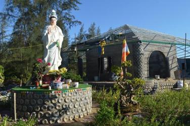Ngôi chùa được làm từ 60.000 chai nhựa ở Quảng Ngãi