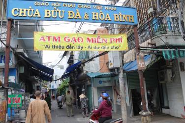 Ngày thứ 6 phát gạo hỗ trợ bà con tại ATM gạo chùa Bửu Đà