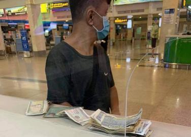 Anh bán vé số không tay bật khóc nhận tấm vé cuối ngày bay về chăm bố