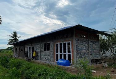 Độc đáo ngôi trường cộng đồng cho học sinh vùng sâu bằng vỏ chai nhựa tái chế