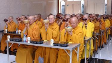 """Tại sao bữa ăn trưa trong chùa gọi là """"quá đường""""?"""