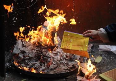 Có nên đốt vàng mã cho người thân đã mất?