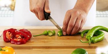 Nên sử dụng thớt gỗ hay thớt nhựa trong nấu ăn?