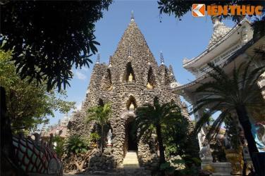 Những ngôi chùa xây bằng vật liệu lạ độc nhất Việt Nam