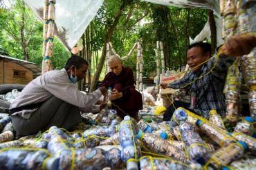Myanmar: Vị sư bảo vệ môi trường & cưu mang người nghèo
