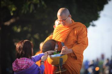 Gặp vị sư khất thực, Phật tử phải làm sao cho đúng?