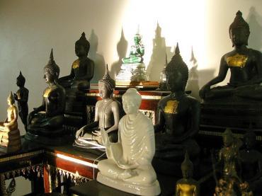 Thờ tượng Phật bị sứt mẻ có sao không?