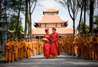 Tổ chức đám cưới cho con em mình tại chùa được hay không?